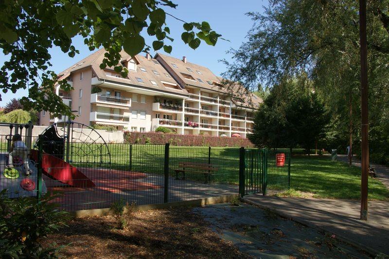 Pour l'appartement de Marc, le journaliste, je voulais un appartement fonctionnel, récent, dans un endroit calme. L'esplanade du Thiou à Annecy est un havre de tranquilité avec des immeubles pour certains sans vis-à-vis donnant sur la verdure.