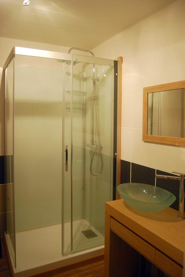 """Gîte """"Les Cépages"""", vue intérieure de la Chambre """"Pinot Noir"""" : salle de bain (lavabo, miroir, douche)"""
