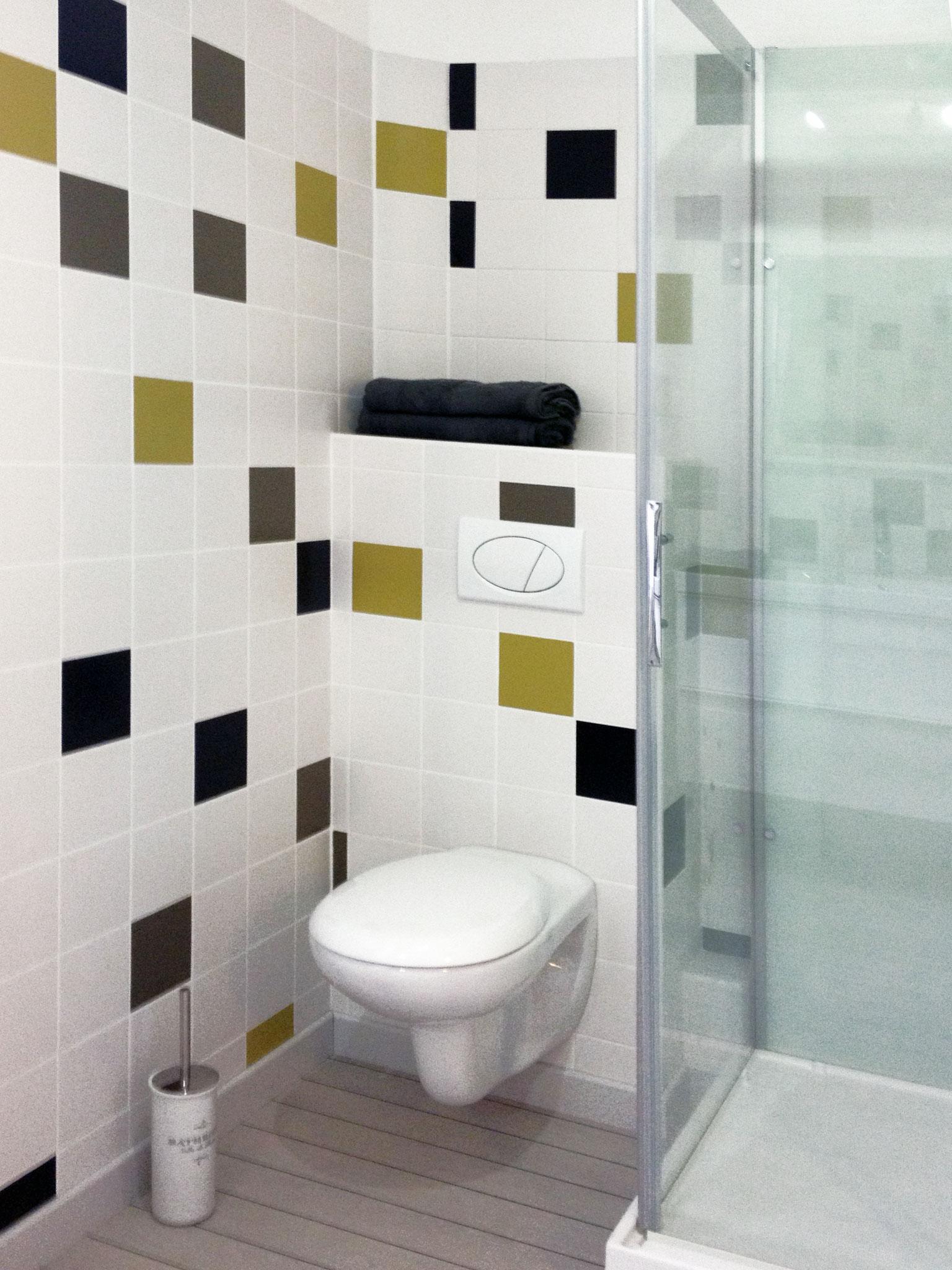 """Gîte """"Les Cépages"""", vue intérieure de la Chambre """"Chardonnay"""" : salle de bain (WC, douche)"""