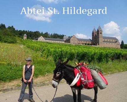Mit Esel Janosch am Kloster St. Hildegard