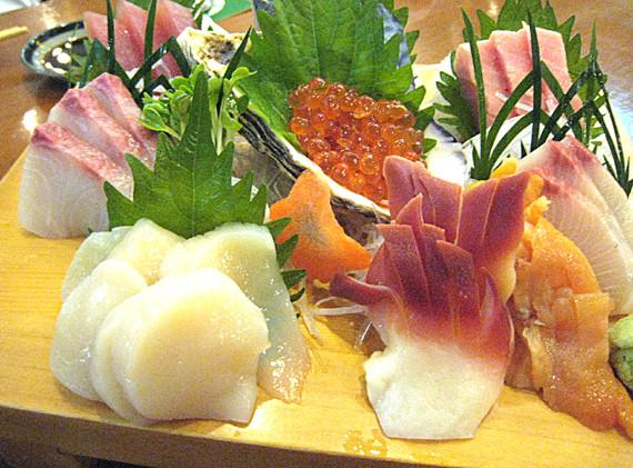 オーナーお勧めの刺身盛 特上 1,400バーツ。日本から直送の素材で、大トロはとろけるような味わい。そのほか、マグロ赤身、ハマチ、ほたて、ほっき貝、赤貝、ヒラマサ、そして至福の味、うに