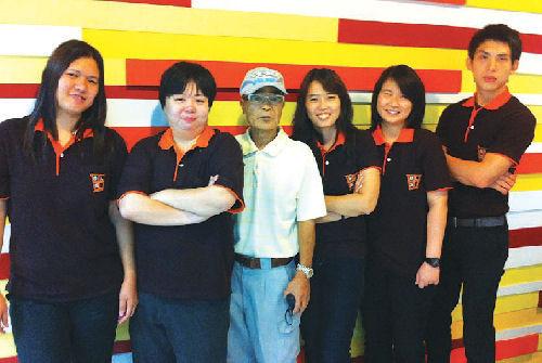 森さん(左から2人目)とタイ人スタッフ7人で日本人のタイでの暮らしをサポート
