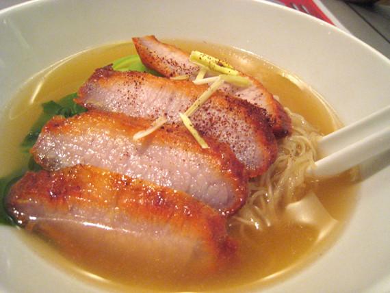 焼き豚入りタイ・ラーメン 98バーツ。自分で味付けするのが基本のタイ・スタイルだが、それにしてもスープはパンチが弱い