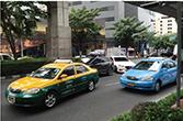 スクムビット通りを走るタクシー
