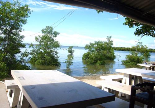 海の眺めという感じではなく、湖のほとりのよう。テーブルとイスは簡素だが、ここは料理と海風を楽しむ場所である。