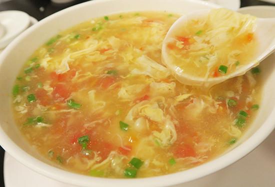 中国料理店では定番のたまごとトマトのスープ