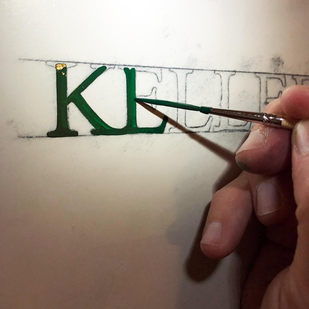Malen der Signaletik auf Türe