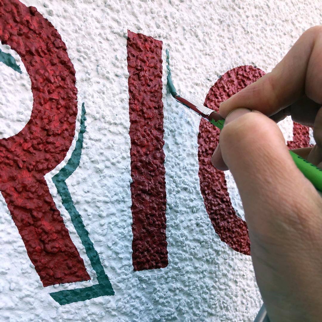Malen des Hausnamen 'CAPRICE' auf die Wand.