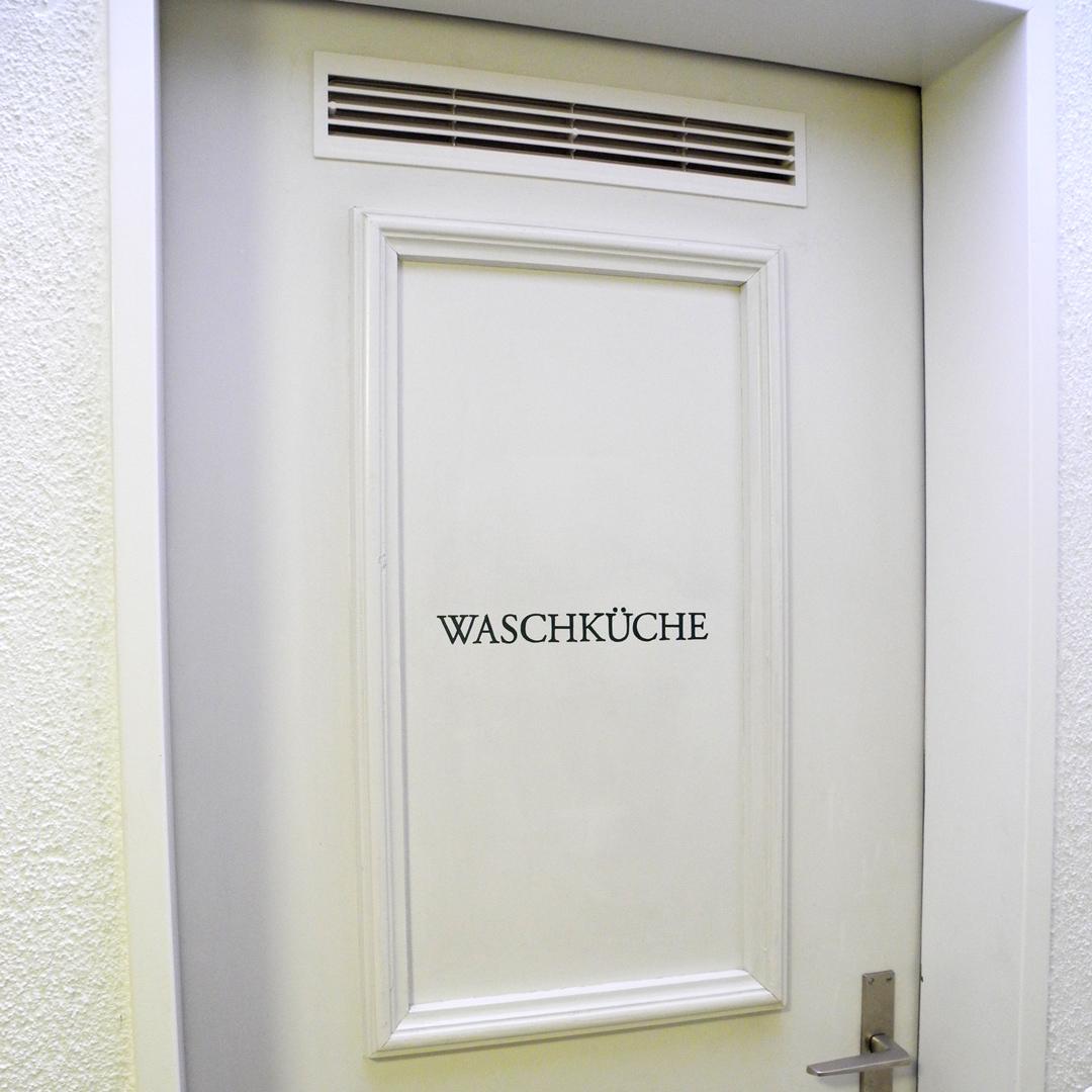 Handgemalte Signaletik auf Türen von Mehrfamilienhaus - Waschküche