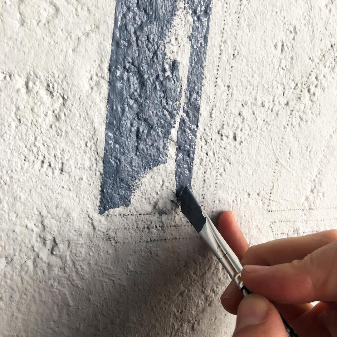 Malen der Hausnummer auf die Wand.