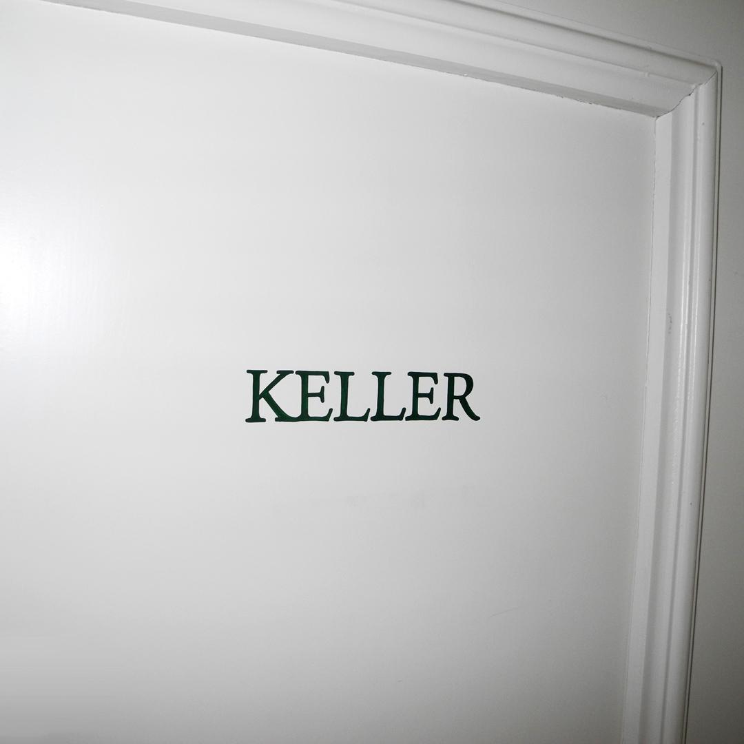 Handgemalte Signaletik auf Türen von Mehrfamilienhaus - Keller