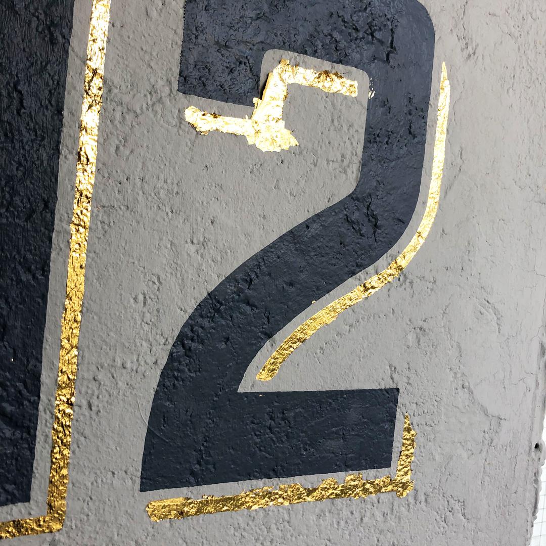 Vergoldung der Hausnummer mit 23.75 Karat Blattgold.