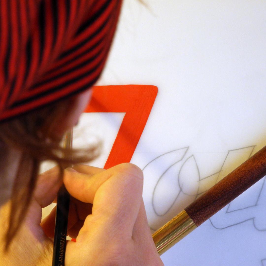Joujou handgemalte Schriftenmalerei mit Pinsel und Farbe auf Servierwagen