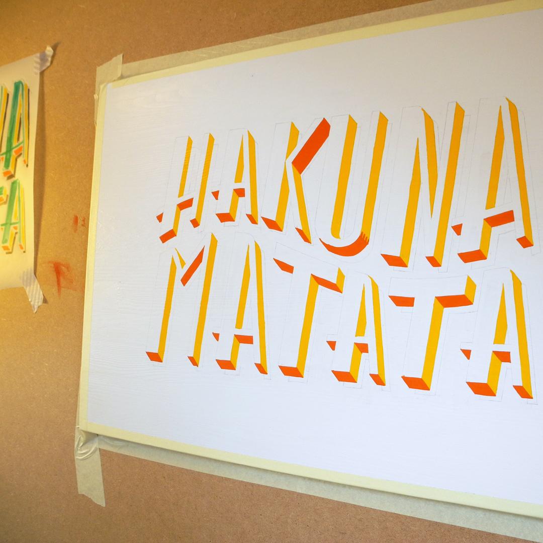 Schriftenmalerei auf Holzschild 'Hakuna Matata'