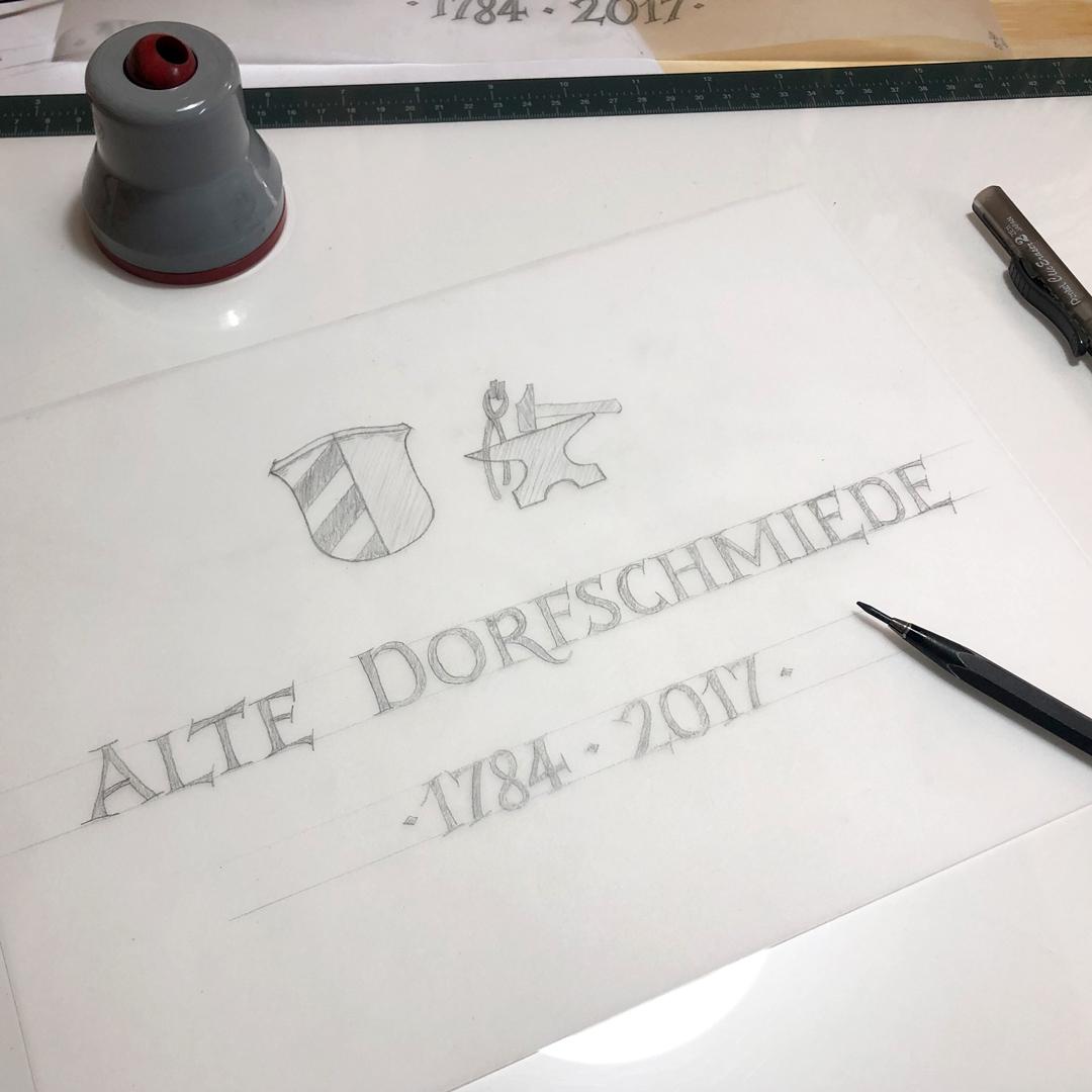 Zeichnen und Gestalten des Hausnamen 'Alte Dorfschmiede'.