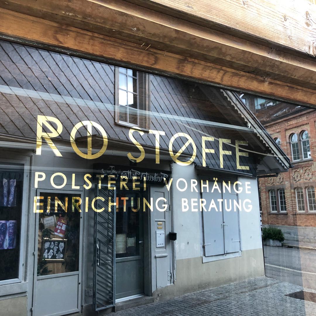 Schaufenstervergoldung hinterglas mit 22.5 Karat Blattgold - RO Stoffe Winterthur