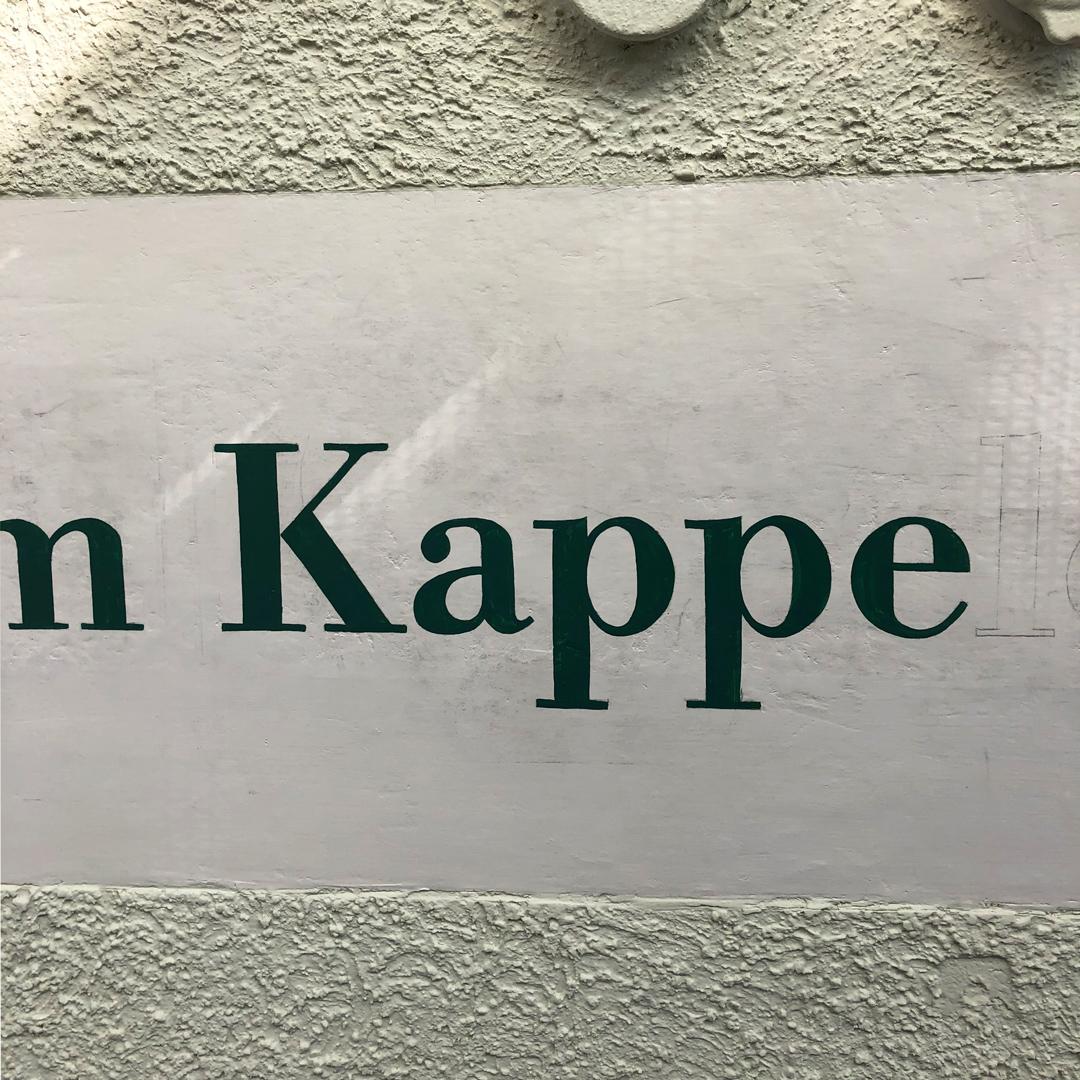 Handgemalter Hausnamen auf Fassade, im Oberen Graben Winterthur.