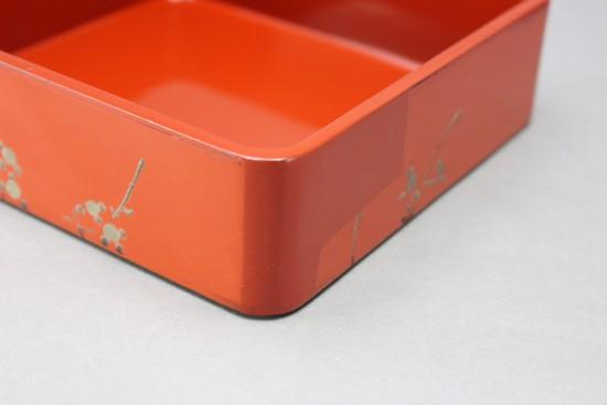 漆の朱で部分塗り直しをした重箱