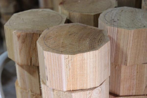お椀の大きさに合わせて、木を縦にカットする