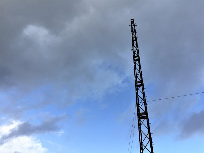 北洋の館近くの「槍が先燈明台」。青空に映えます。