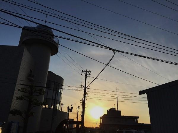 神社を通り抜けて漁港近くのコミセンへ。未来的建築物です。日が暮れてきました。