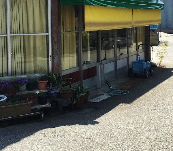 近くには小さい商店がいくつかあります。レトロさが愛らしいです。