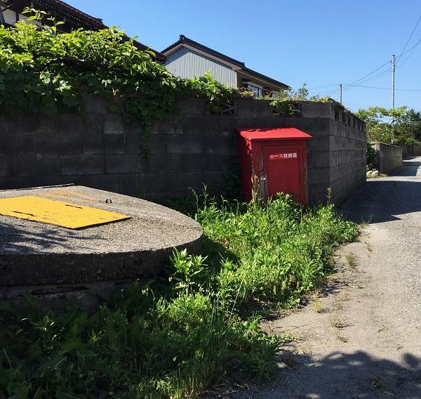 消火用水とホース箱。狭い路地が多い生地にはたくさん設置されています。