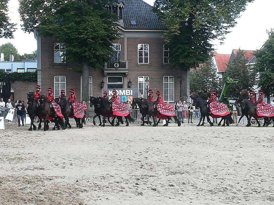Rode rokken, ook mogelijk in combinatie met zwart glitterjasje lange mouw