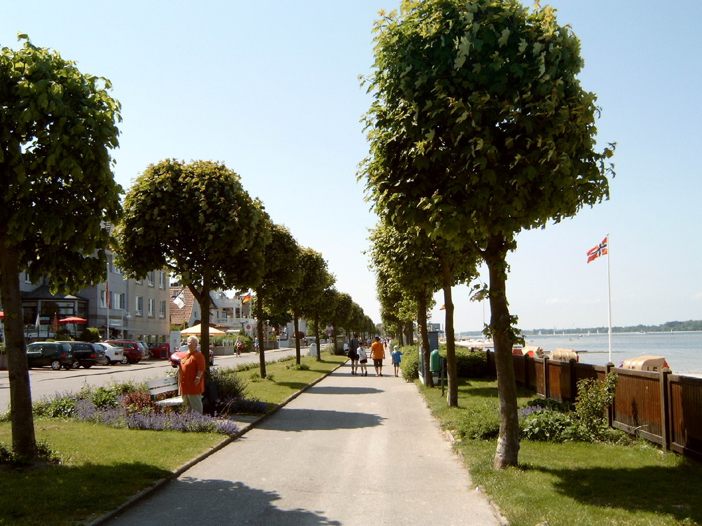 ... man promeniert in Laboe.
