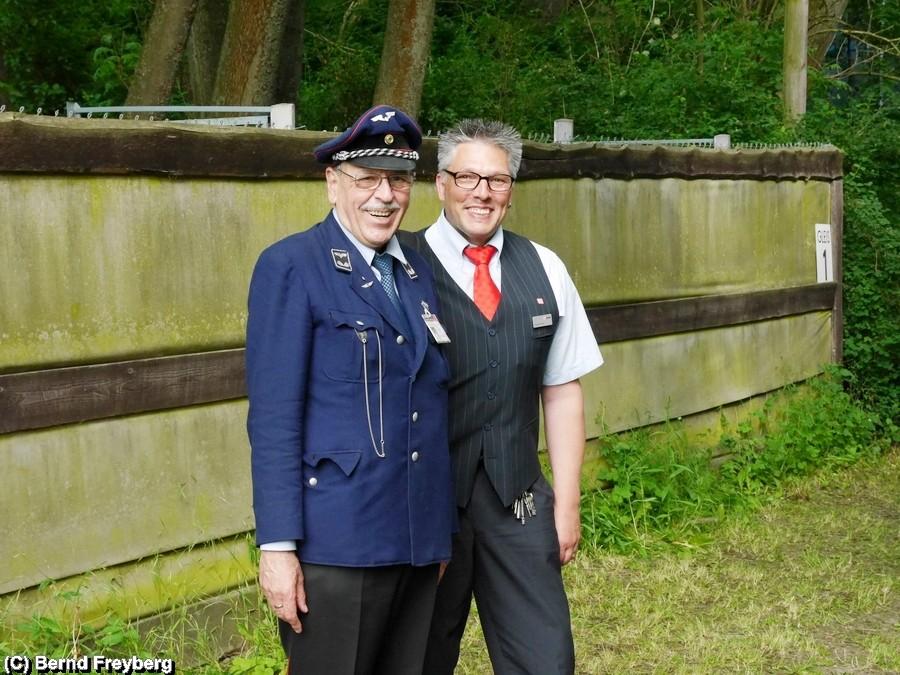 Claus und Tom (v.l.n.r.) sind heute Zugbegleiter auf dem Sonderzug Stahlstadtexpress. Claus kommt vom 1. Deutschen Eisenbahnverein Bruchhausen Vilsen, Tom fährt die 103- und ist ansonsten Tf auf Strecke