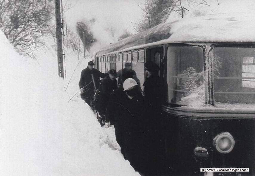 1969/70 DB Bahnhof Clausthal-Zellerfeld - stecken gebliebener Triebwagen plus Dampflok im Einschnitt am Galgensberg