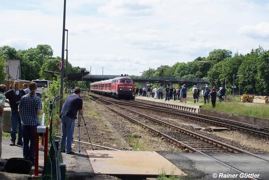Warten auf 218 450-5 mit ihrem Regional-Express von Hannover Hbf