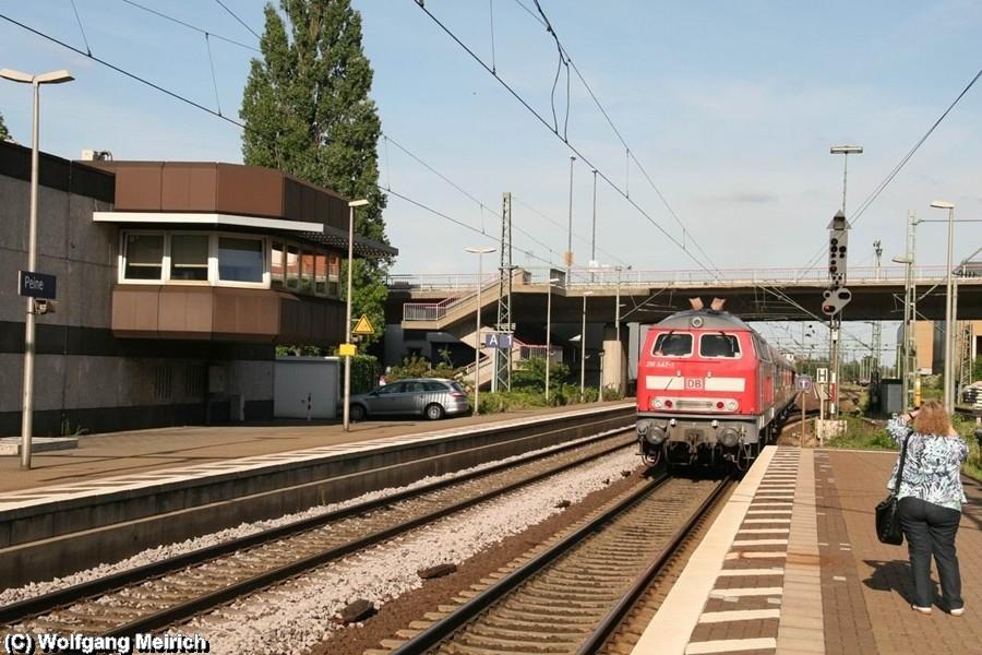 218 447-1 verabschiedet sich am Bahnhof Peine