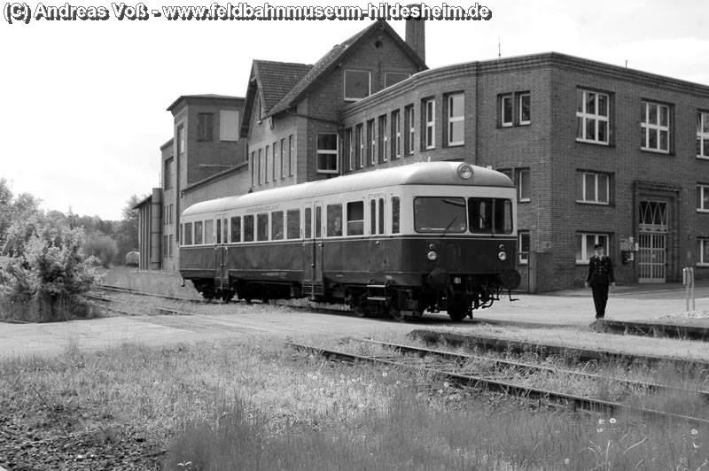 Ehemaliger Bahnhof Bornum (Harz) - im Hintergrund die Werksgebäude von HAW - Harzer Apparatewerke