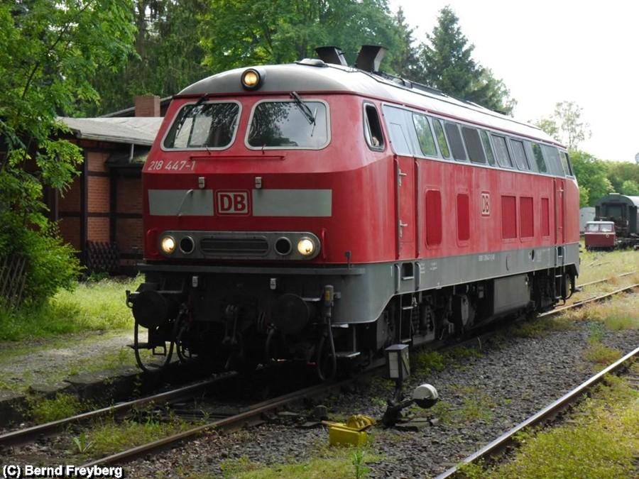 218 447-1 bei einer Rangierfahrt im Bahnhof Klein Mahner
