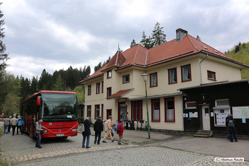 Ankunft vom Roten Bahnbus am Alten Bahnhof Altenau, Endpunkt der ehemaligen Innerstetalbahn