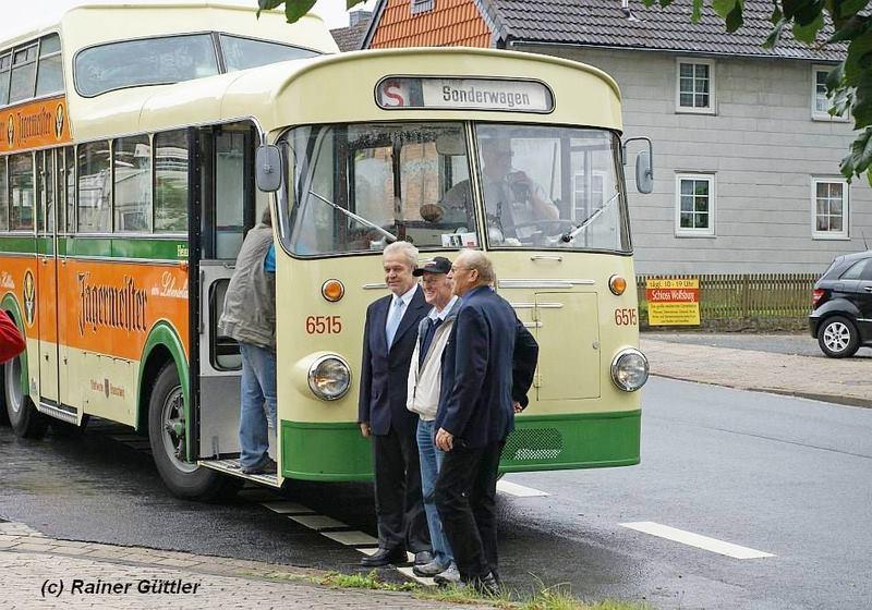 Drei ehemalige KVG Busfahrer präsentieren sich stolz vor ihrem Büssing Anderthalbdecker!