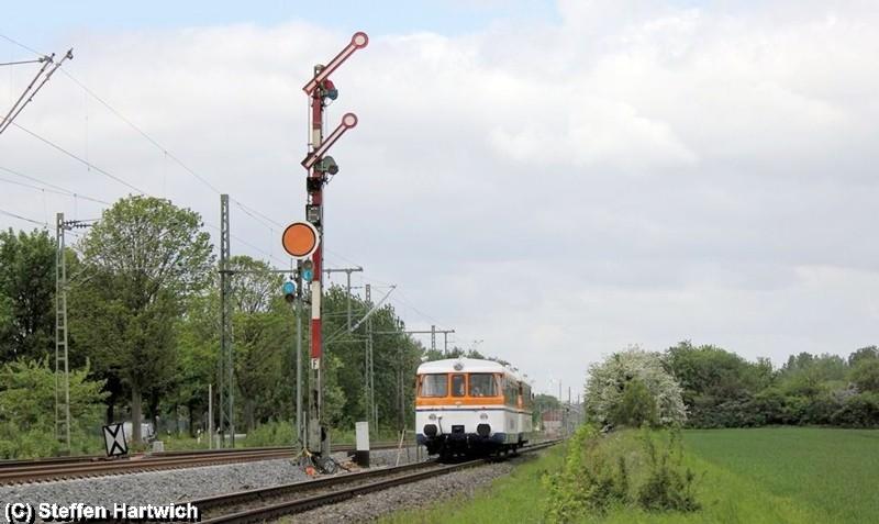 Nicht gerade das Topmotiv, aber demnächst schon Geschichte – der Sonderzug nach Peine passierte soeben das Einfahrsignal des Bahnhofs Lengede-Broistedt