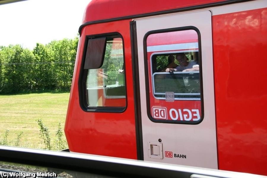 """Auf der Rückfahrt von Salzgitter Lebenstedt fährt 628 640 symbolisch zum Abschied parallel dem Sonderzug """"Stahlstadtexpress"""""""