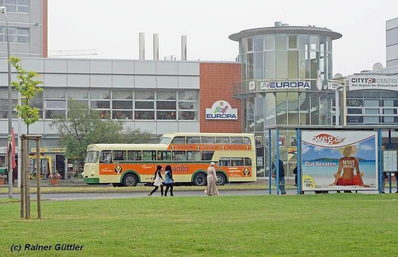 Der Nostalgiebus vor dem ehemaligen Hertie Kaufhaus in Salzgitter Lebenstedt