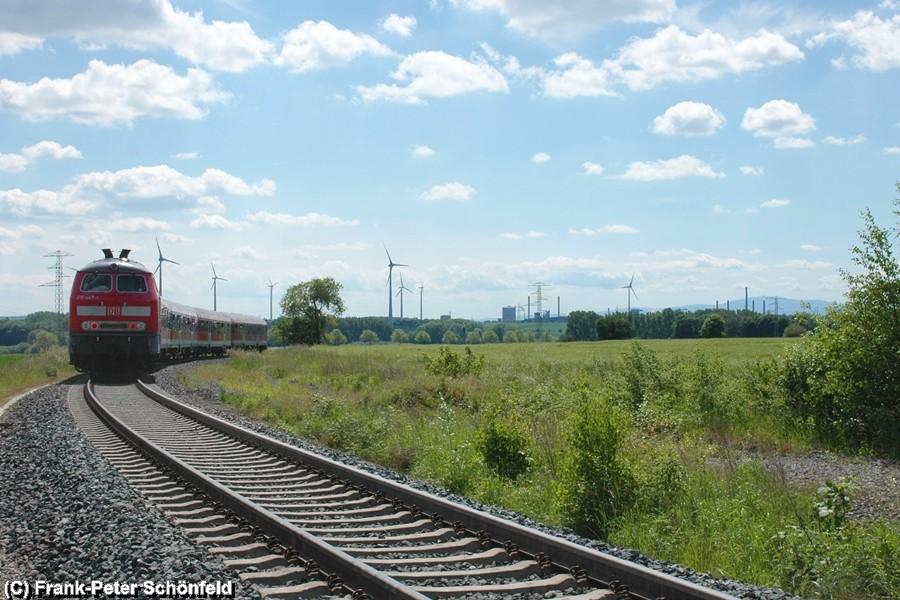 Der Sonderzug Stahlstadtexpress mit den Stahlwerken von Salzgitter Watenstedt im Hintergrund