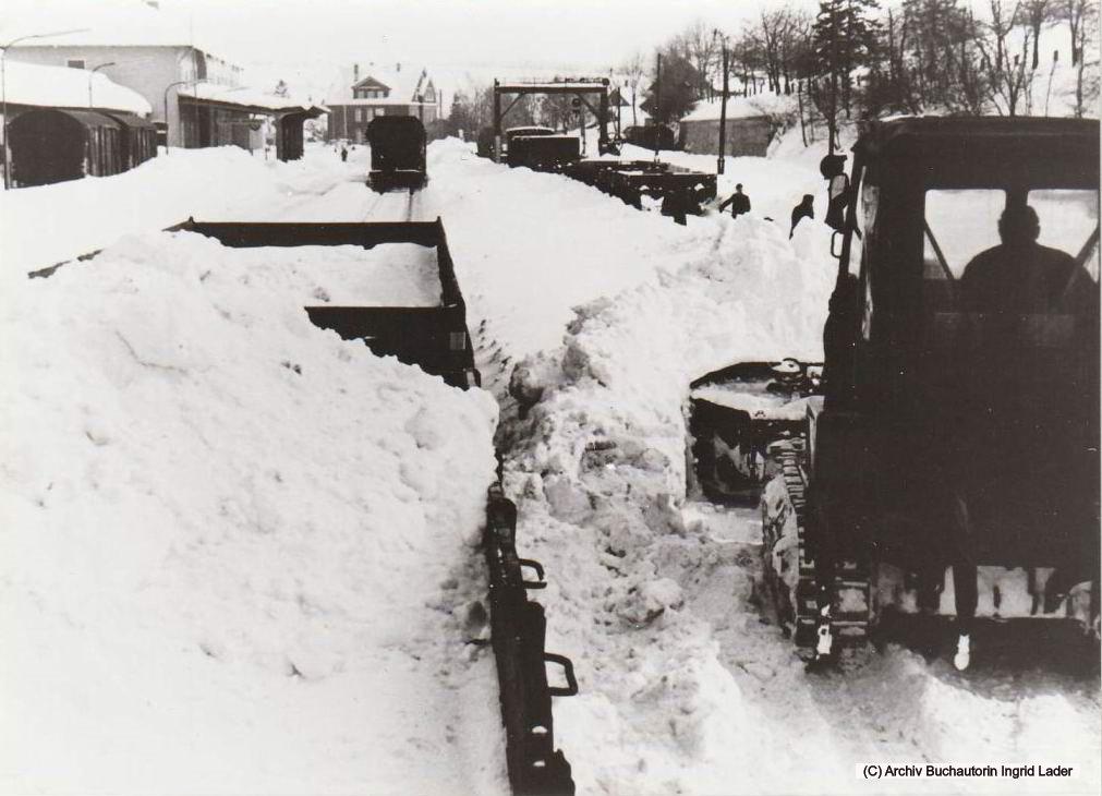 1969/70 DB Bahnhof Clausthal-Zellerfeld, ein Raupengerät schiebt den Schnee auf bereitgestellte Waggons