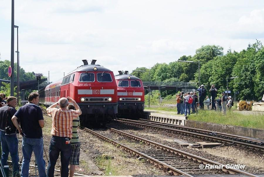 Die symbolische Parallelfahrt zum Abschied lokbespannter Personenzüge in der Region 38