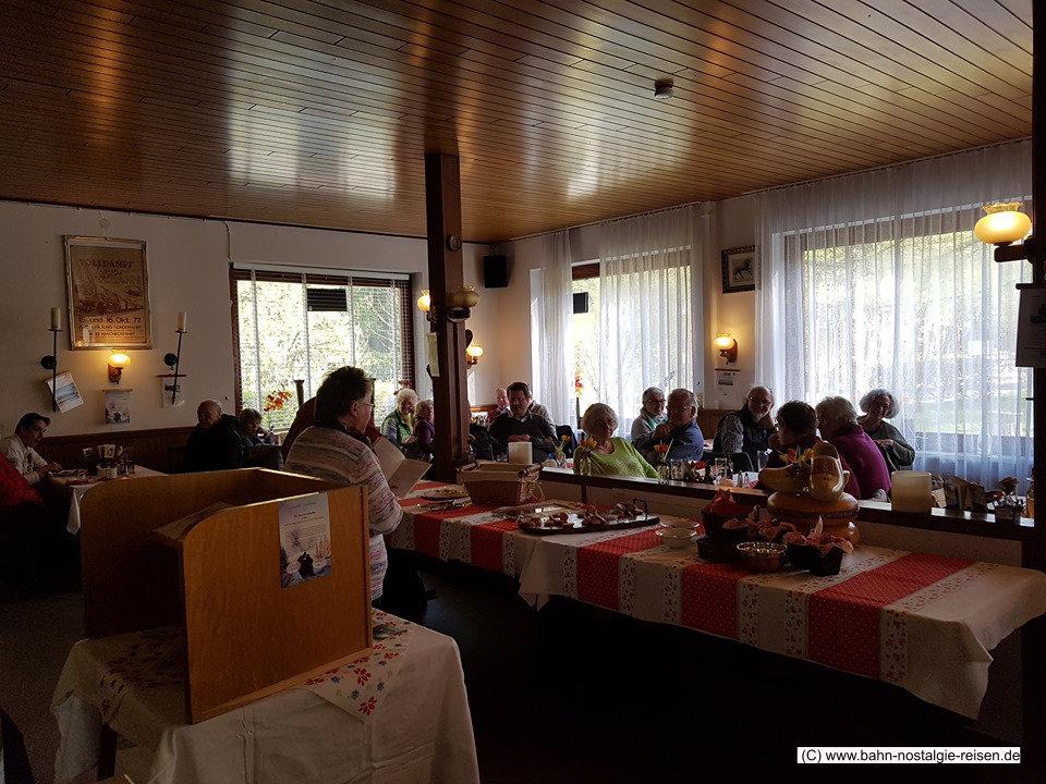 Ausklang der Entdeckungstour bei Monique und Willem im Alten Bahnhof Altenau bei einer rustikalen Wurstplatte und leckerem Altenauer Bier