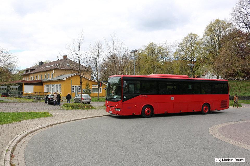 Der Rote Bahnbus ist am ehemaligen Bahnhof Clausthal-Zellerfeld angekommen