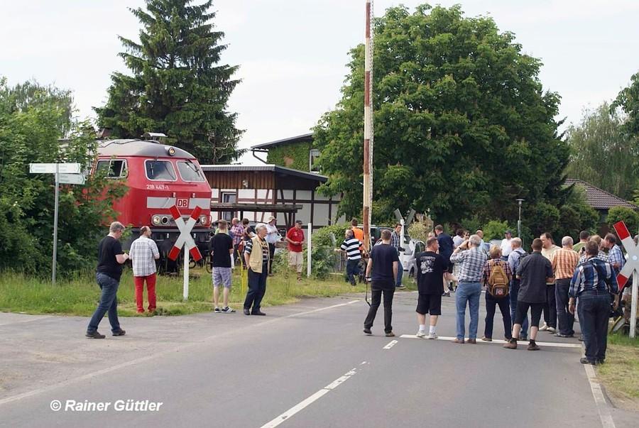 """Scheinanfahrt für Fotofreunde am Bahnübergang Werlaburgdorf wo auch der Kinofilm """"Banklady"""" gedreht wurde"""