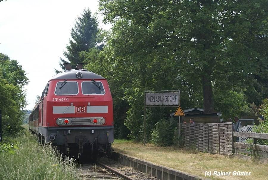 """Der Regional-Express hält von Börßum kommend- am Haltepunkt Werlaburgdorf - hier wurde auch der Kinofilm """"Banklady"""" gedreht"""