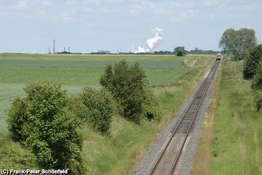 Der Regional-Express kommt aus Salzgitter Lebenstedt und nähert sich Salzgitter Bad, im Hintergrund sind die Stahlwerke Salzgitter zu sehen