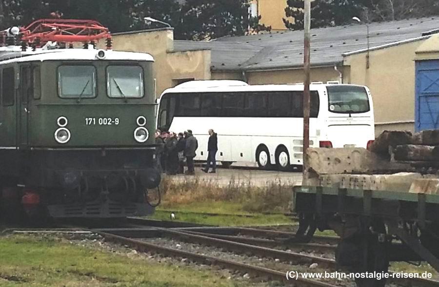 Reisebus H-FE 418 (Baby) wartet auf die Rückfahrt