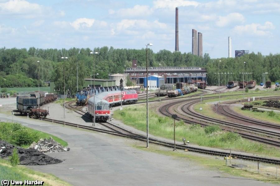 """Vom Dach des Stellwerk Hütte Süd wurde der Sonderzug """"Stahlstadtexpress"""" vor dem Bahnbetriebswerk der VPS in Hallendorf fotografiert. Hinter dem Sonderzug ist der Hüttenflitzer zu sehen"""